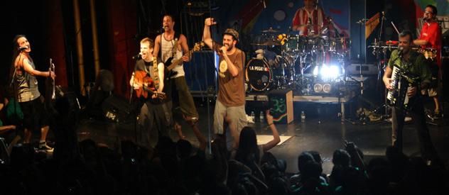 La Pegatina arranca su gira presentando Xapomelön